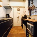 【収納】吊り戸棚もカップボードも必要なし。壁付けキッチンをスッキリ見せるコツ5つ