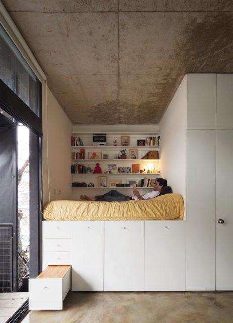 クローゼットに設けられた小上がりのような寝室