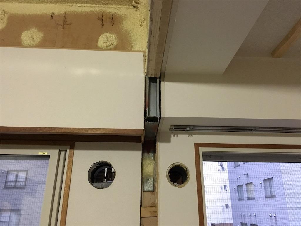 リフォーム前のリビングの窓上の木枠