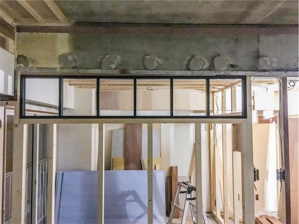造作する室内窓