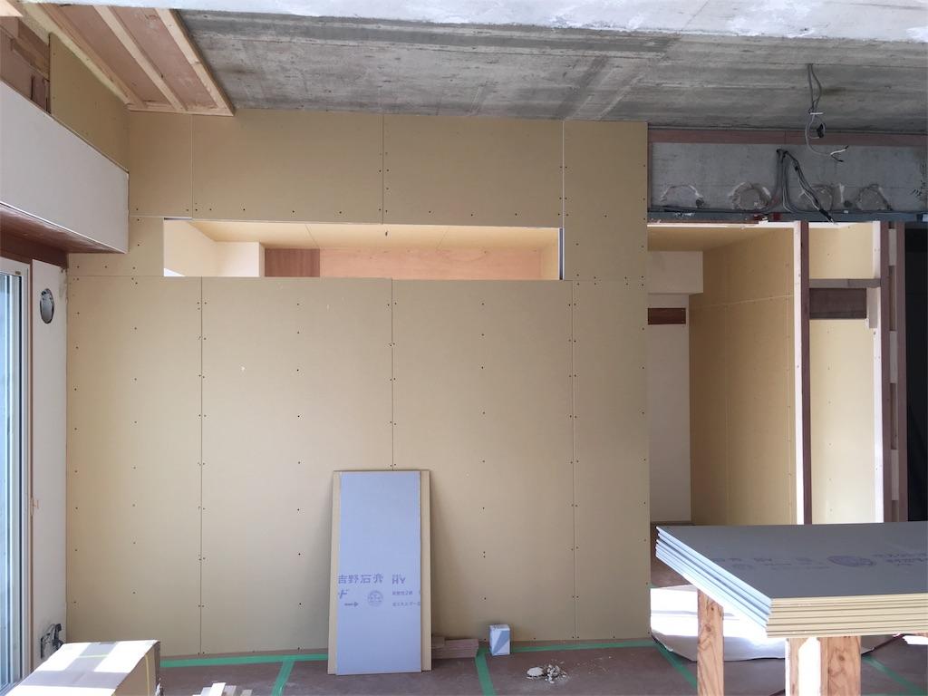 リビングと寝室の間の壁に設けた室内窓