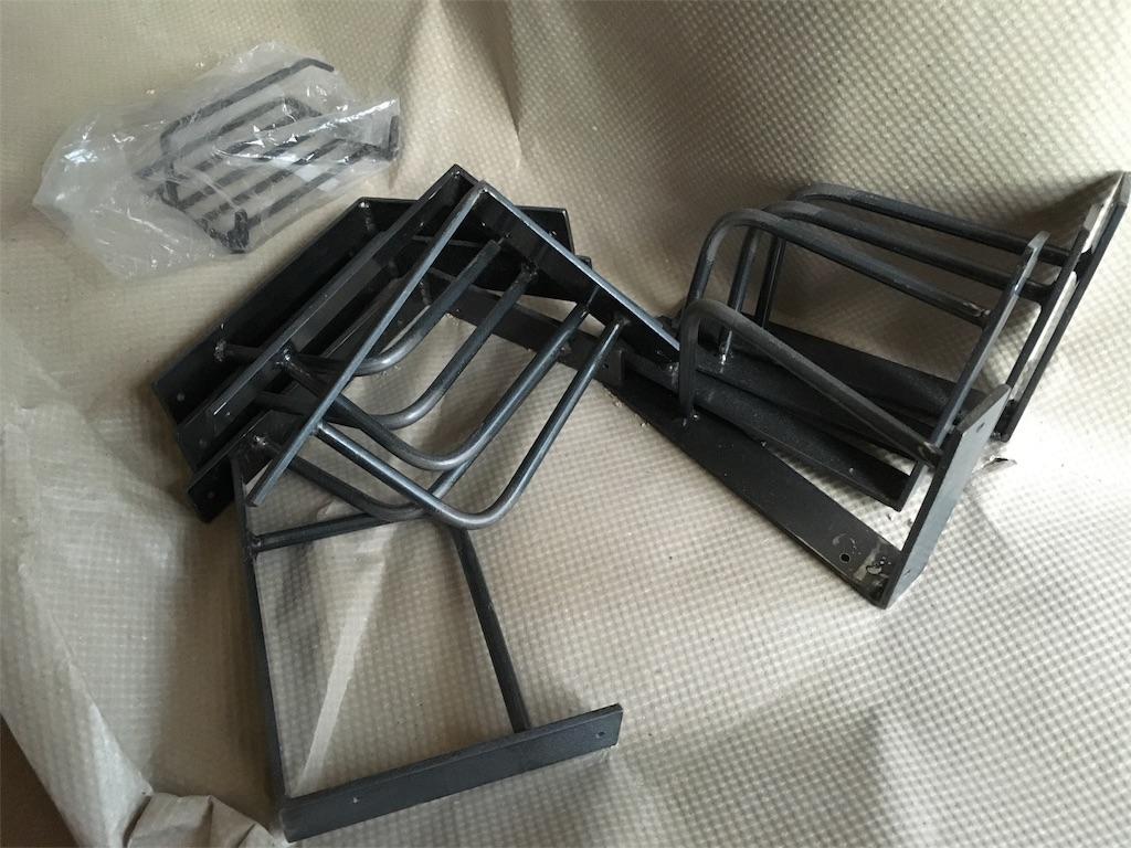 足場板の飾り棚を支えるアイアン金具