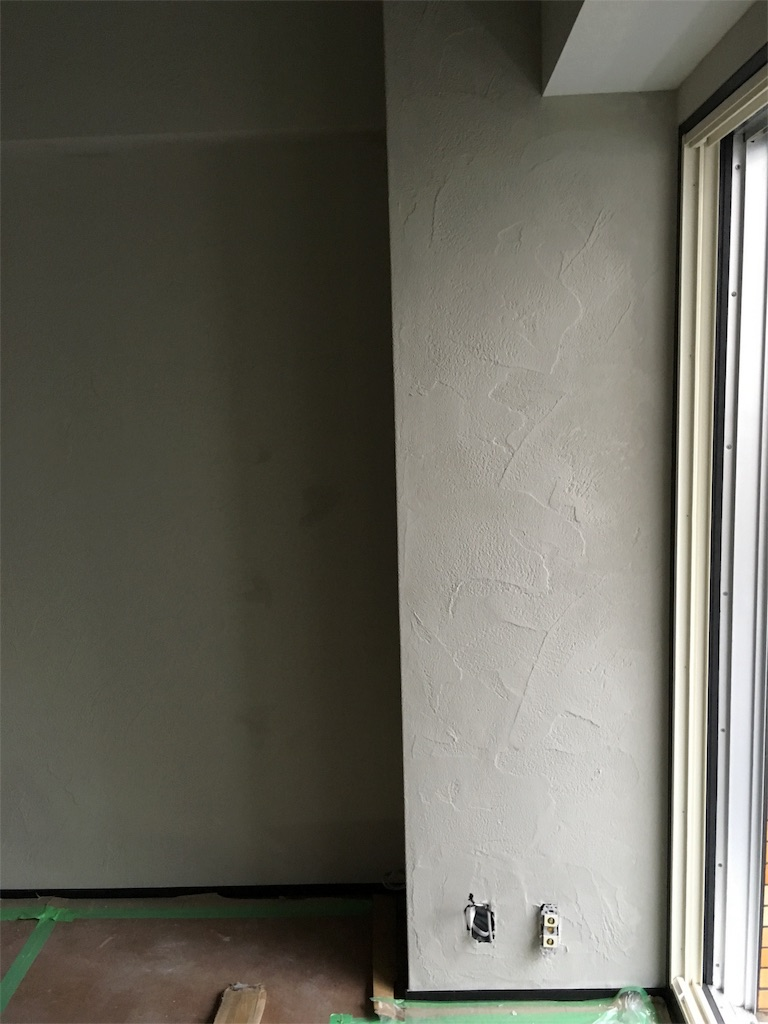 ゼオライトで動きのある塗り方をした柱と壁