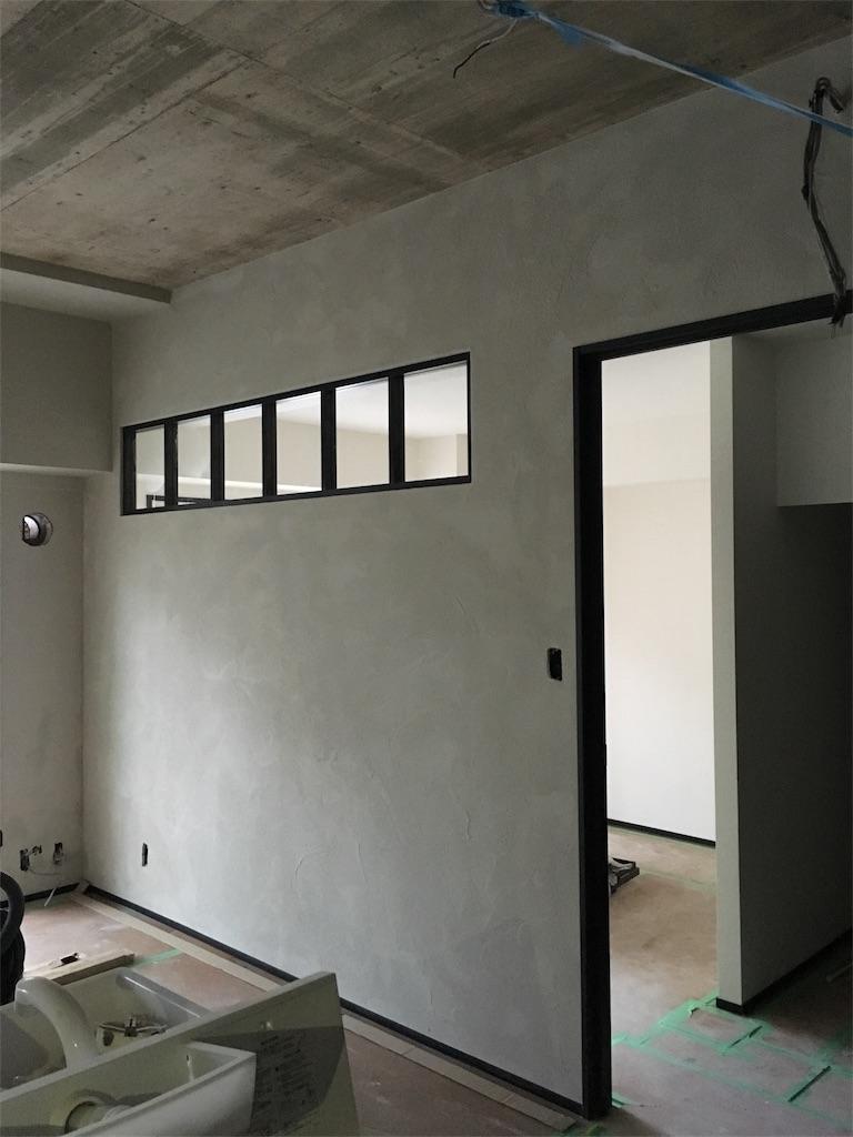 リビングと寝室の間の壁に設けた小窓