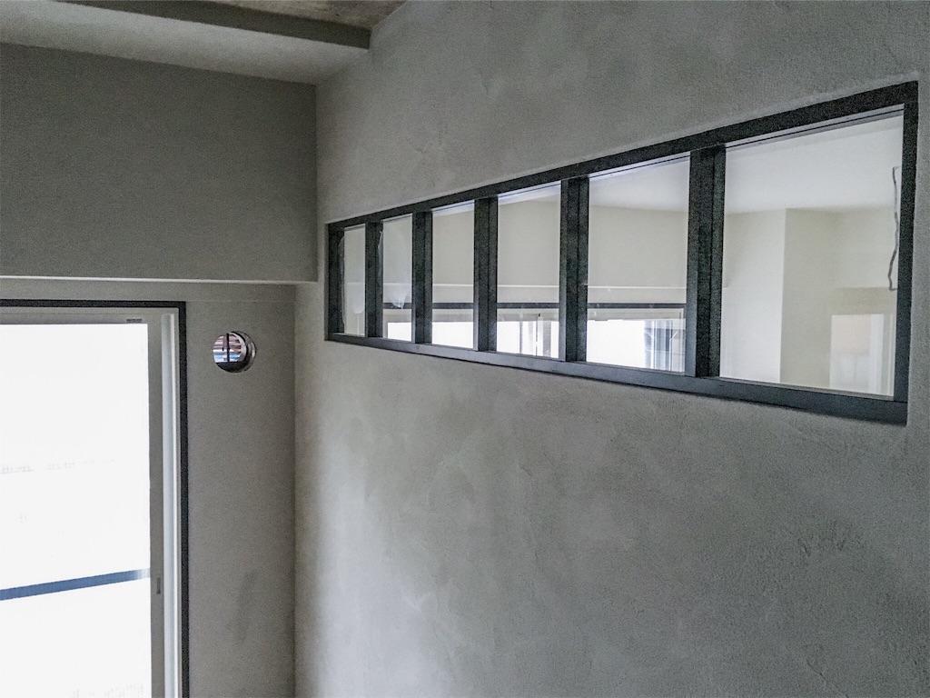 リビングと寝室の間の壁に設けた木製の室内窓