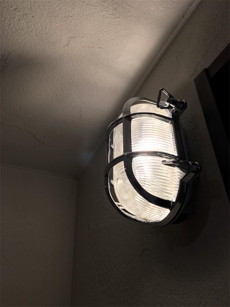インダストリアルな玄関のマリンライト