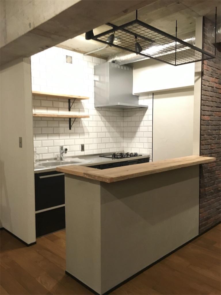 壁付けキッチンとキッチンカウンターの様子