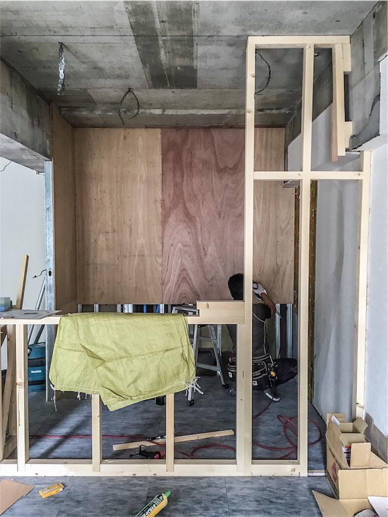 キッチンカウンターを造作中の大工さん