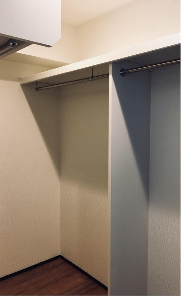 一枚の板をはめて補強したウォークインクローゼットの棚板