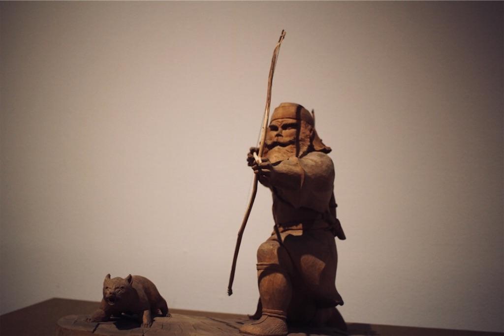 狩りをするアイヌ人の木彫り