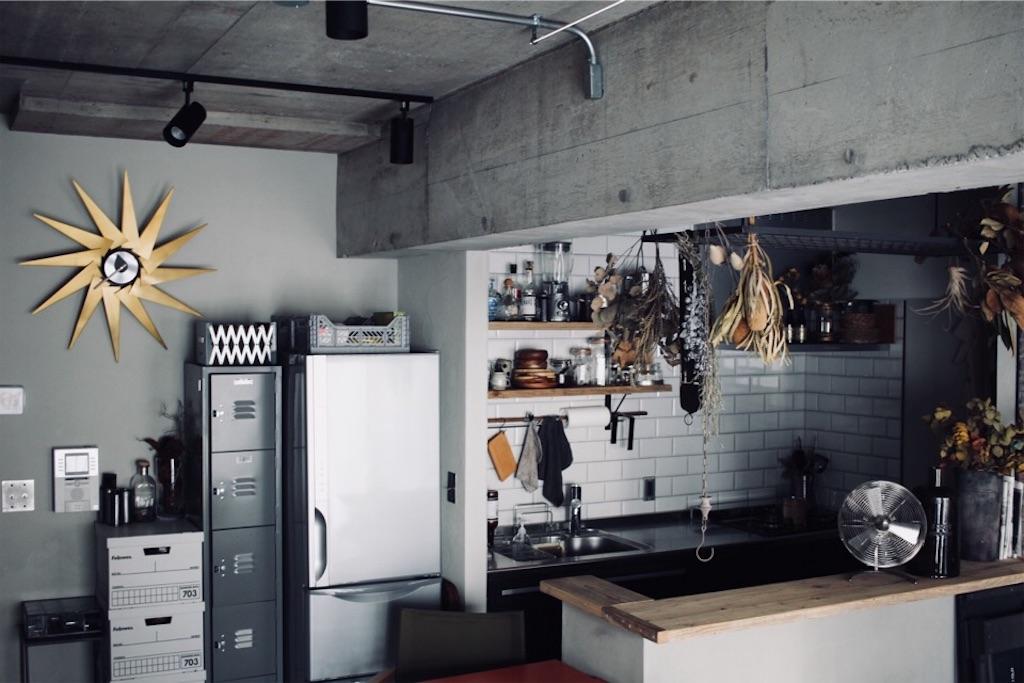 アイアンラックがポイントの壁付けキッチン