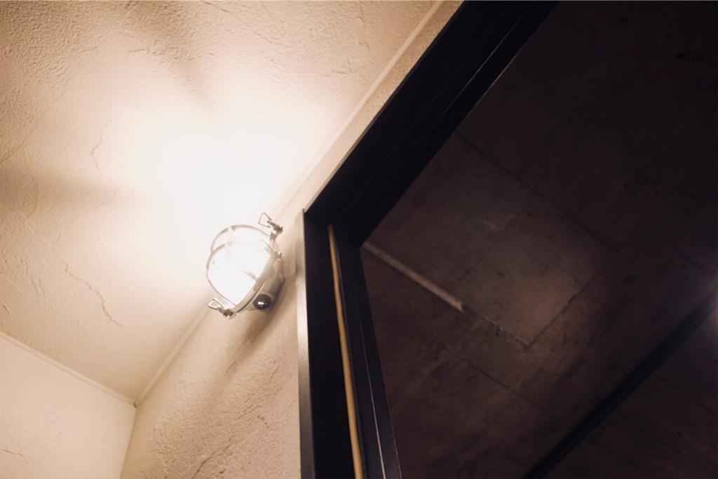 玄関の塗り壁天井とリビングのコンクリート天井