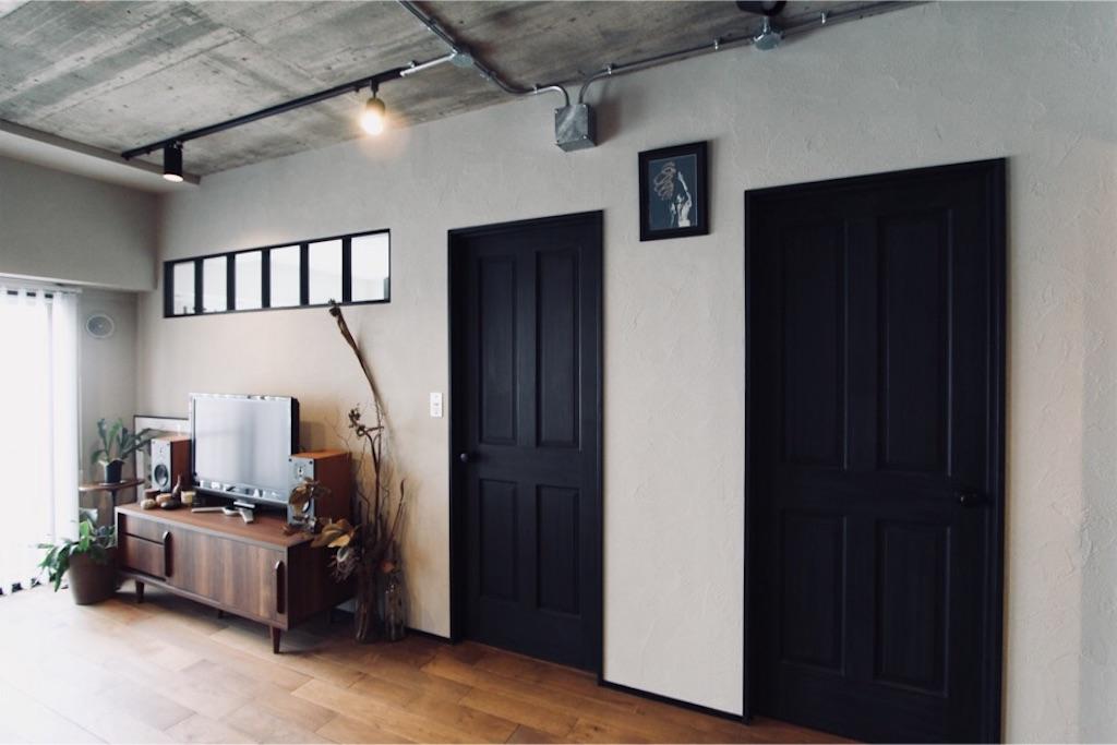 リノベーション時にチョークペイントでマットブラックに塗装した無垢のドア