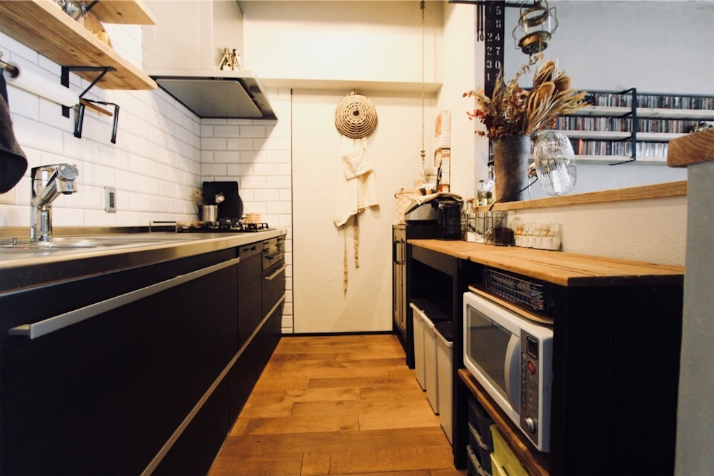壁付けのシステムキッチンとキッチン収納