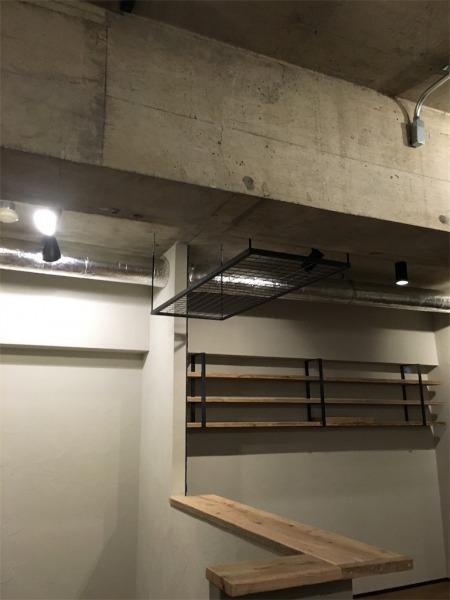 キッチンの天井に設置したインダストリアルなアイアンラック