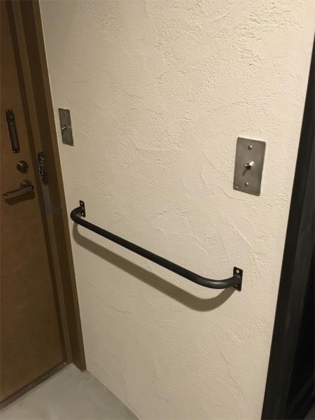 玄関に設置したアイアン製の手すり