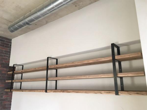 足場板とアイアン金具の飾り棚