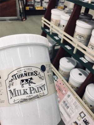 ベニヤ板とモールディングの塗装に使ったターナー・ミルクペイント