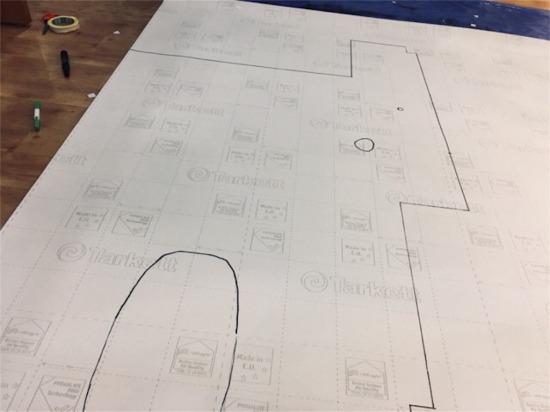 型紙を置いて線引きをしたクッションシート