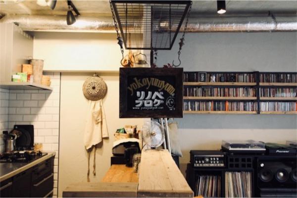 壁付けキッチンと造作カウンター上のアイアンラック