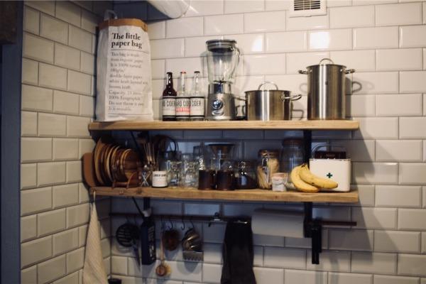 足場板とアイアンで設置した壁付けキッチンの飾り棚