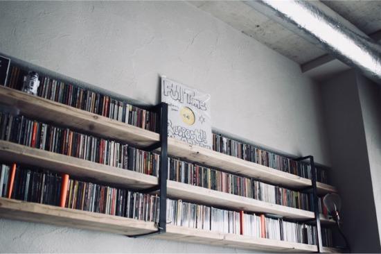 リノベーションで造作した「見せるCD収納棚」
