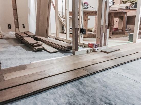 リノベーション工事・無垢床材を貼る様子