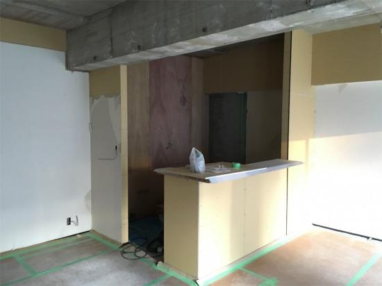 リノベーション工事中の壁付けキッチン
