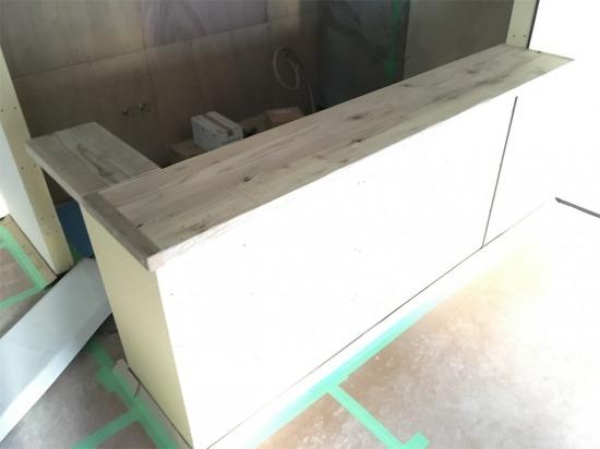 足場板の造作したキッチンカウンター