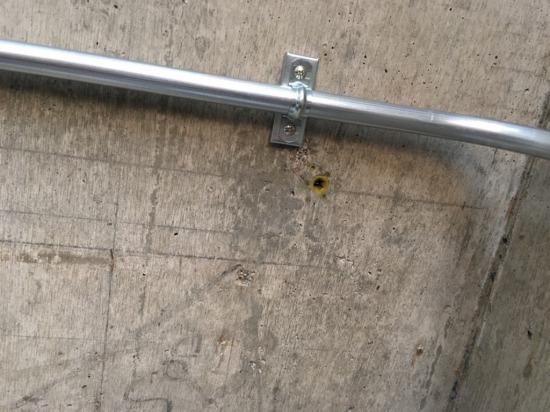 天井に残る丸い穴