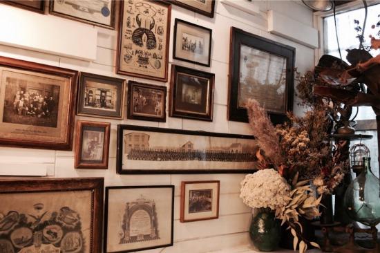 アンティーク(ヴィンテージ)雑貨とドライが並ぶ『ある日』の店内