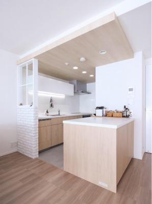 大きなカウンターと天井の木目にこだわったキッチン