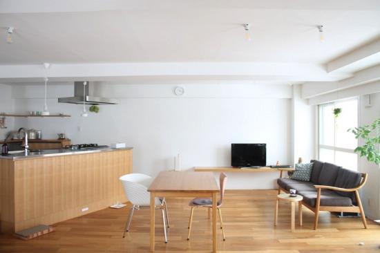斜めに配置されたキッチンと広々としたリビング