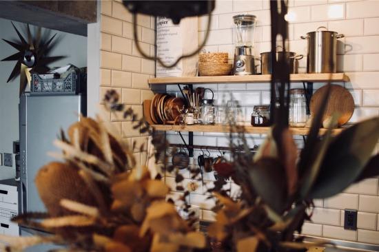 キッチンの飾り棚に採用した足場板