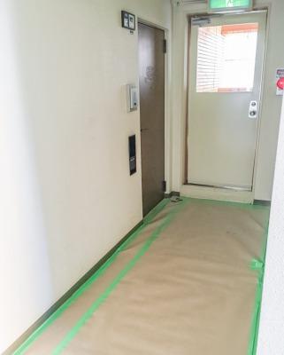 リノベーション工事初日・養生された玄関の様子