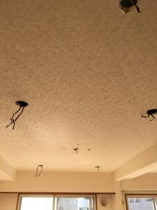 リノベーション工事初日・リビング天井裏の配線