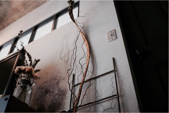 石化月見草は枝ものドライと一緒に飾っています