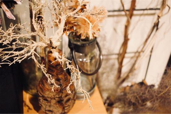 バンクシアで出来たの花器にシーブッシュを挿しています