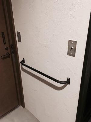 共有部分の玄関のドアと壁に設置したアイアン手すり
