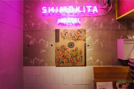 SHIMOKITA HOSTEL(シモキタホステル)エントランスのネオン