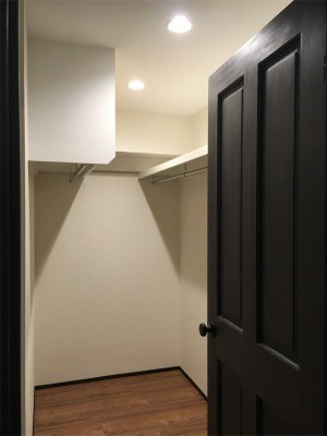 寝室に併設したウォークインクローゼット