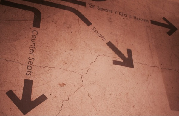 店内の床に描かれたペイント