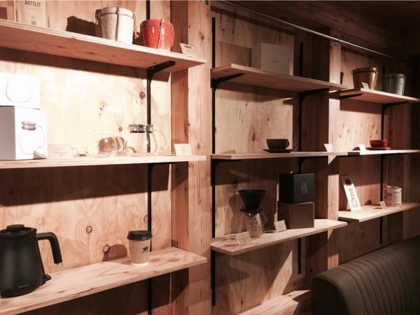 壁面にディスプレイされた雑貨や植物は全て購入可能