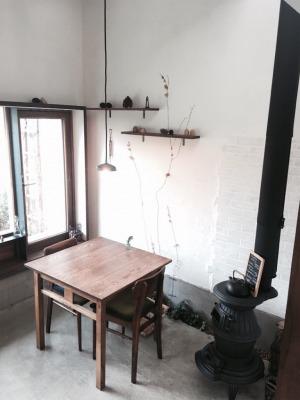窓際にある二人掛けのテーブル席