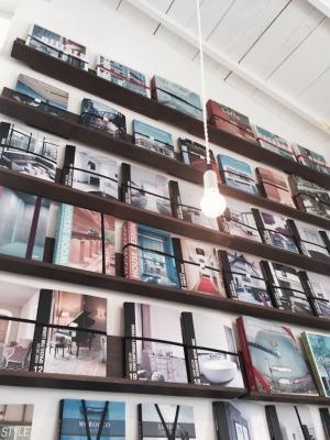 けんちくとカフェkannaの店内壁面に並ぶ建築本