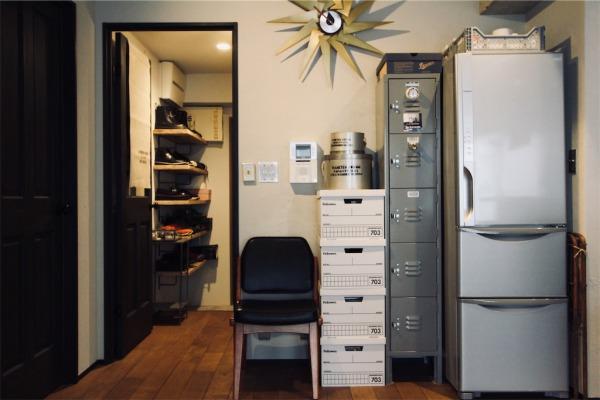 冷蔵庫の横に並べたLYON(リオン)のロッカー