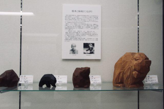根本勲と柴崎重行の木彫り熊