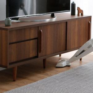 テレビボードの脚の高さが16センチあるので掃除機もOK