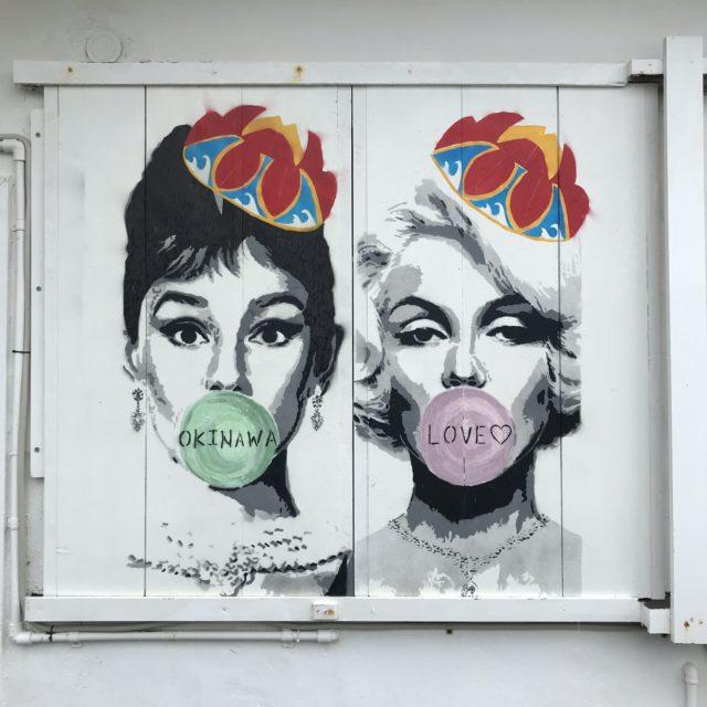 オードリー・ヘプバーンとマリリン・モンローの壁画