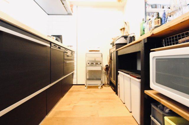 スリムトローリーを置いたキッチン